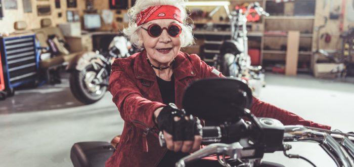 Fahrschule Schulze Seniorin Motorrad Hippie